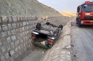 انحراف و واژگونی خودروی سواری در مسیر جم به سیراف+عکس