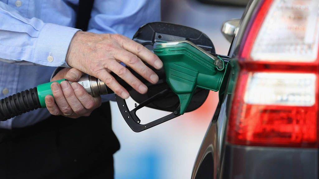 با تصمیم عجیب وزارت نفت در شرایط کرونایی؛ خطر تجمع مردم و ذخیره ناایمن بنزین در خانه ها!