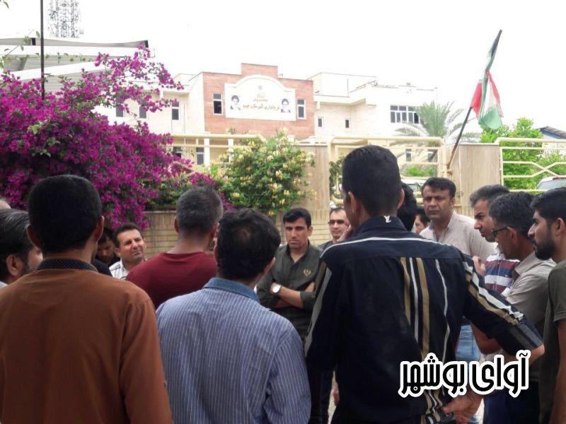 تجمع کارگران مجتمع مسکونی پارس مقابل فرمانداری جم/ دو ماه حقوق نگرفته اند!